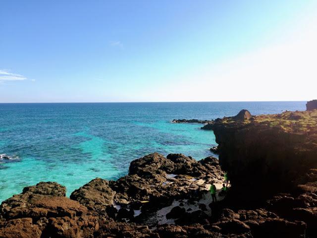 Đến với đảo bé, du khách có thể thưởng ngoạn cảnh đẹp, tắm biển hoặc ngắm san hô.