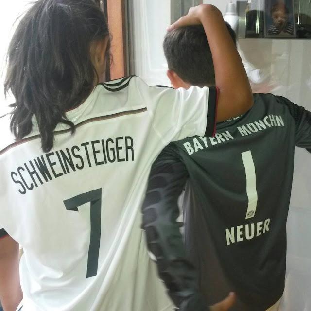 Kleine Fußball-Fans: Schweinsteiger und Neuer Trikots