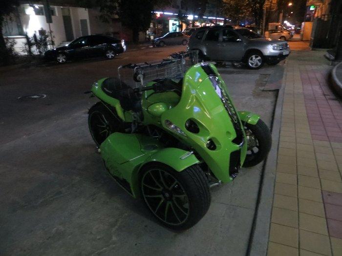 Зеленый трехколесный мотоцилк с колесами от машины