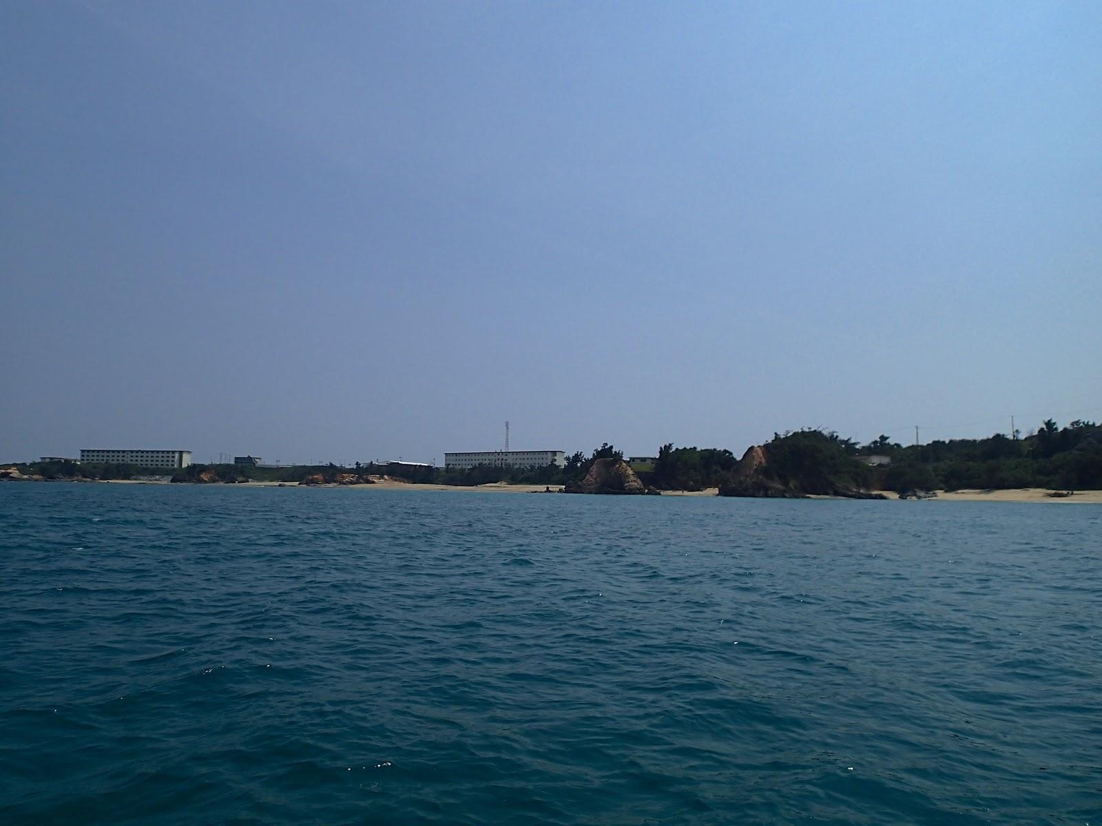 辺野古の海からアメリカの軍事基地:キャンプシュワブへの眺め