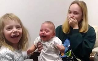 Η συγκινητική στιγμή που βρέφος με πρόβλημα ακοής ακούει για πρώτη φορά τη φωνή της αδερφής του