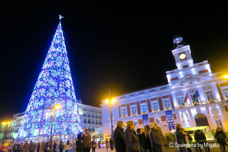 マドリードのソル広場の大きなクリスマスツリーと時計台