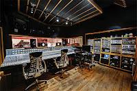 Bir ses kayıt stüdyosu ve içindeki cihazlar