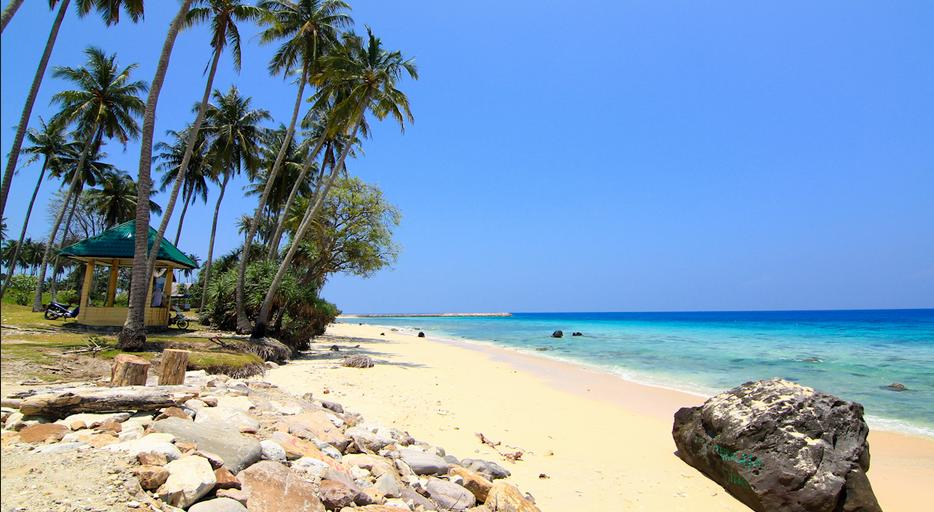 lokasi pantai sumur tiga sangat dekat dengan kota sabang keindahan alam yang dimiliki oleh ini adalah birunya langit dan jernihnya