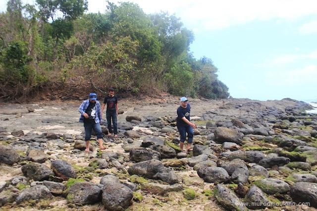 Habis dari Batu Karang Tinggi dan Kolam Kecil, Melewati Banyak Bebatuan