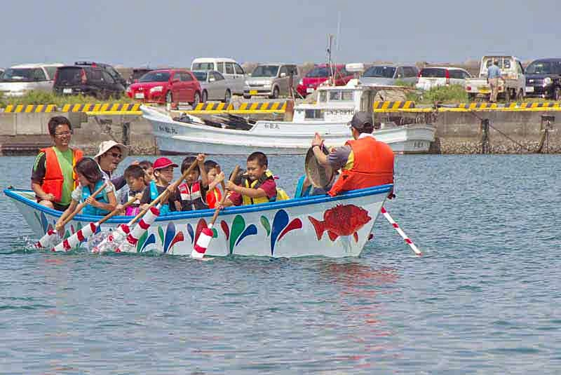 children rowing a sabani