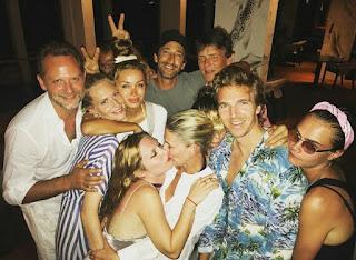 Cara Delevingne passa férias em Maldivas com amigos e família