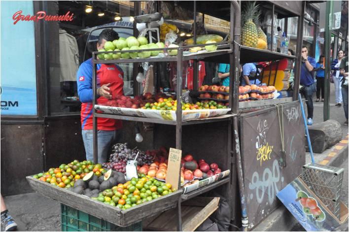 La avenida Central de San Jose de Costa Rica está llena de vitalidad y comercio. Pequeños puestos salpican el recorrido. Blog Viajes Costa Rica, San José