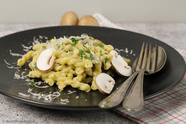One Pot Pasta mit Gemelli, Parmesan, Knoblauch und Pilzen.