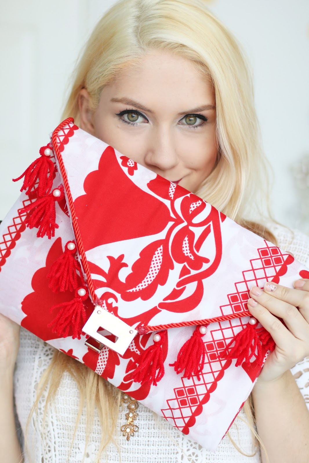 DIY No-Sew Panama pollera inspired clutch. Click through for tutorial