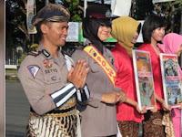 Peringati Hari Kartini, Polwan Cilacap Berkebaya Kampanye Tertib Lalu Lintas