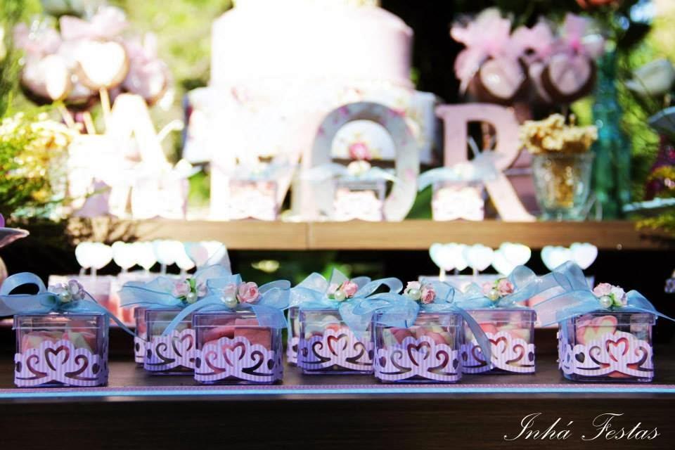 festa-decoracao-romantica-mesa-bolo-lembrancinhas