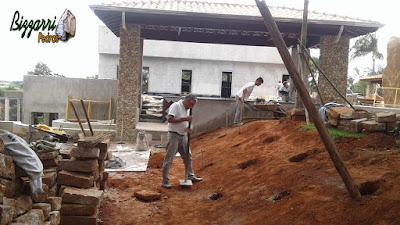 Bizzarri preparando a fundação para fazer a concretagem da base para a execução da escada de pedra folheta.