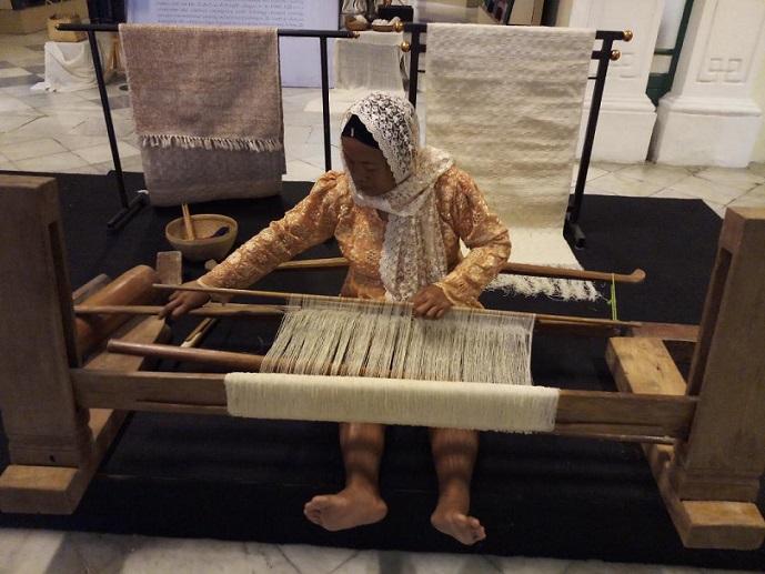 Travelplusindonesia Berdialog Dengan Tenun Gedog Tuban Di Museum