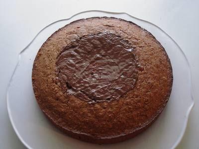 Torta cocco e nutella: spalmare un po' di crema sulla superficie