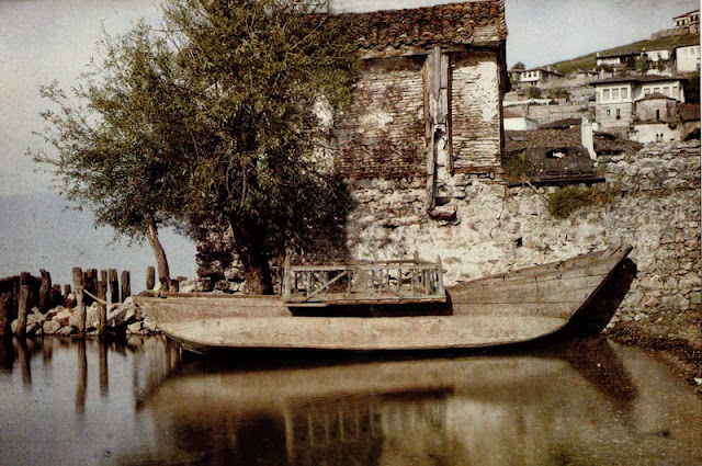 A boat that was used for fishing, but also for excursions on Lake Ohrid. Since it is equipped with a mobile covered bridge, it is likely that it was prepared for an excursion on the lake. This element was removed when fishing. Ohrid in 1913