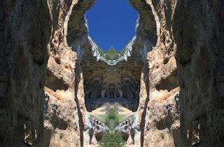 paisaje surrealista, simetría, rocas, gruta, piedra, ventana, cielo, azul, profunda,