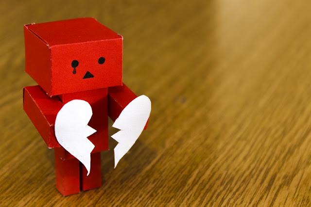 boneco com o coração partido
