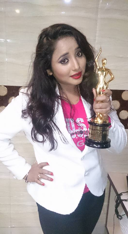 Rani Chatterjee with Trophy at Bhojpuri Film Awards 2015