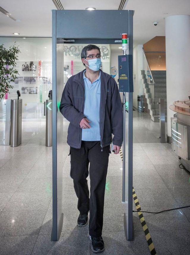 Pórticos permiten medir la temperatura de una persona por segundo