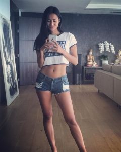 Laras Monca seksi paha mulus tanpa baju mandi