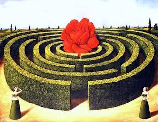Laberinto de setos con rosa roja gigante en el centro y dos mujeres fuera de él, una a cada lado
