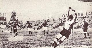 Bologna - Sochaux 4-1. Abegglen segna il gol della  bandiera contro il Bologna su calcio di rigore.