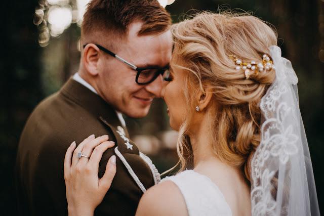 Ślub żołnierski, romantyczny porter Pary Młodej Anita Wąsik Fotografia. White Point Shoes