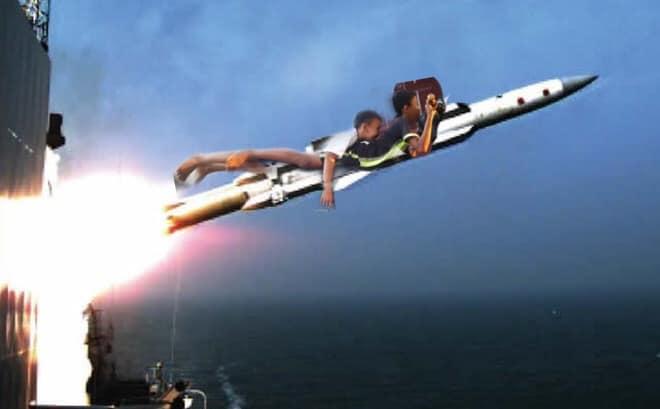 hai thanh niên cưỡi rocket