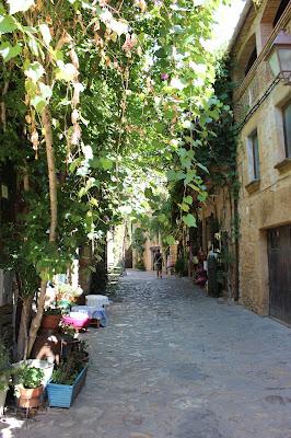 Calles empedradas de Peratallada. Pueblo medieval de Peratallada