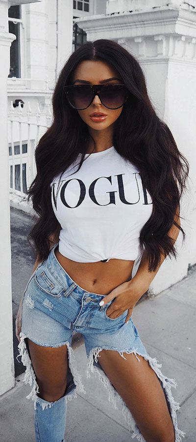 Spring is here! Need spring outfit inspiration? Check out these 29 Chic Spring Outfits That Look Effortlessly Sexy and Cool. Vogue + Jeans   Spring Fashion + Spring Wear via higiggle.com #fashion #spring #style #chic