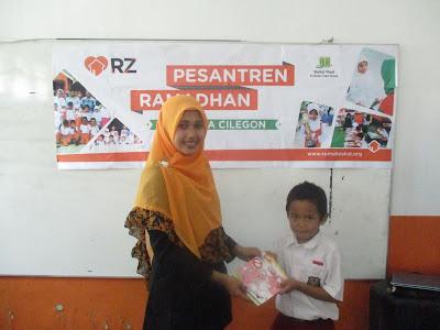 Guru SD Juara Cilegon, Siti Nurasiah Memberikan Reward Kepada Salah Satu Peserta Pesantren Ramadhan