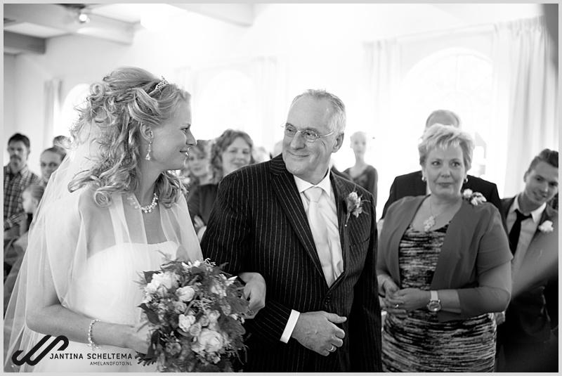 Vader en bruid op weg naar bruidegom
