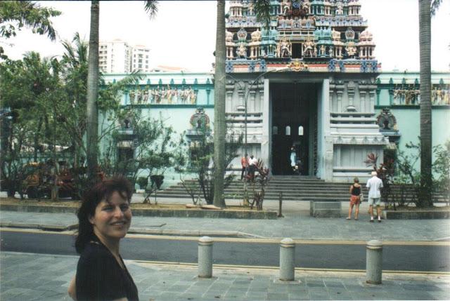Barbara vor einem Hindutempel in Singapur 2002