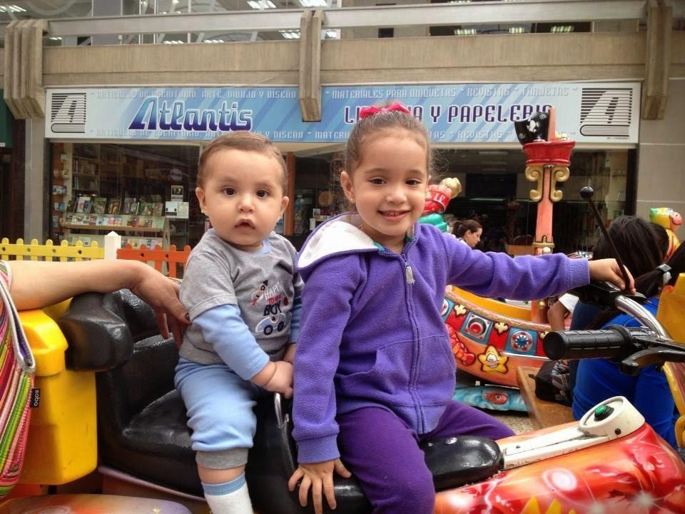 Hija e hijo en moto