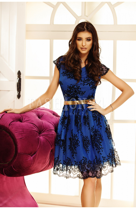 Rochie eleganta de seara, in nuante de albastru, cu broderie neagra, fusta in clos, decolteul rotund, manecile scurte si curea aurie in talie