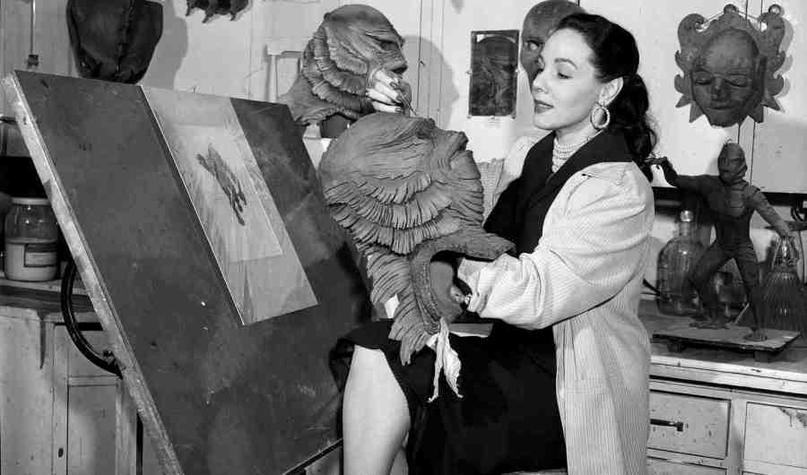 Milicent nos estúdios da Universal trabalhando na máscara do Monstro da Lagoa Negra