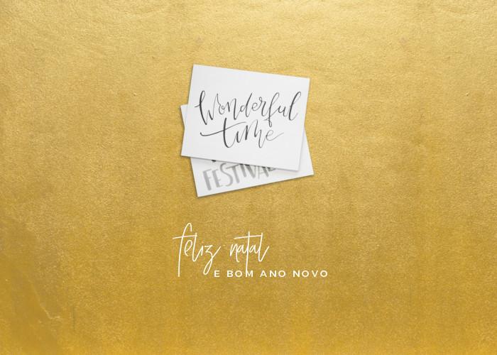 Feliz Natal e Bom Ano Novo - e-card de fundo dourado com envelopes