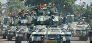 Warga Berebut Naik Anoa di Pameran Alutsista TNI