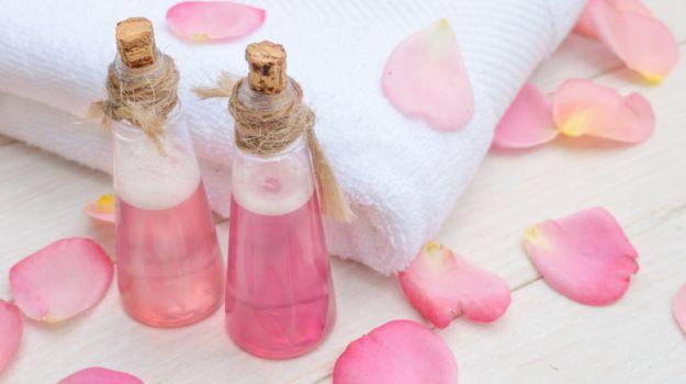 10 Bienfaits de l'eau de rose pour la peau, les cheveux et la santé