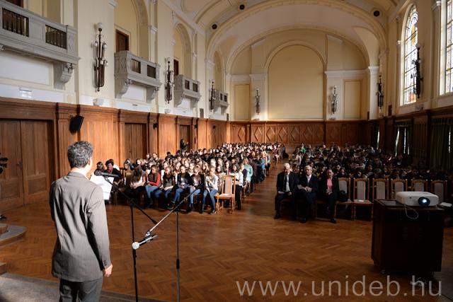 November 13-án már 4. éve ünnepeljük A magyar nyelv napját. A Debreceni Művelődési Központ az előző években a Nagytemplomban, a Csokonai Színházban, és a Szent Anna Székesegyházban tartotta az ünnepséget, idén a Debreceni Egyetem ajánlotta fel helyszínként a Főépület Auláját.