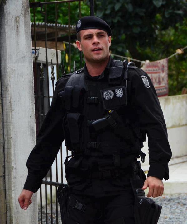 Policial sarado gato pelado 2