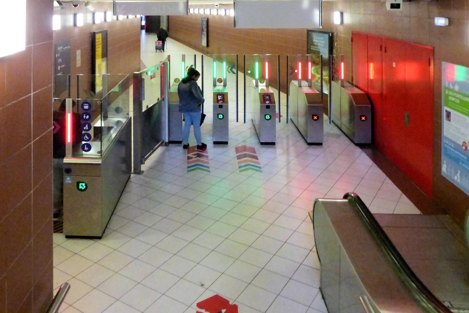 """Station Métro """"Tourcoing Centre"""" - Portiques entrée Fidèle Lehoucq"""