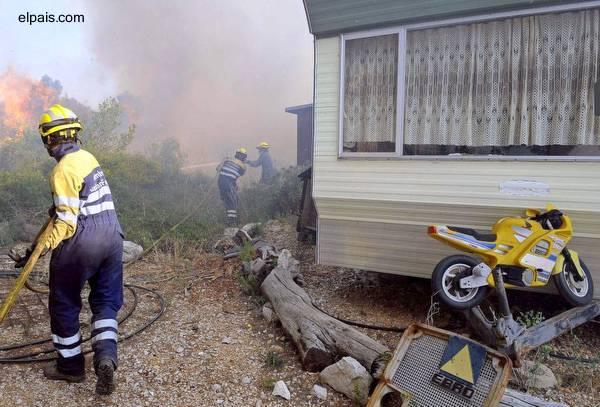 Bomberos españoles atacando un incendio forestal