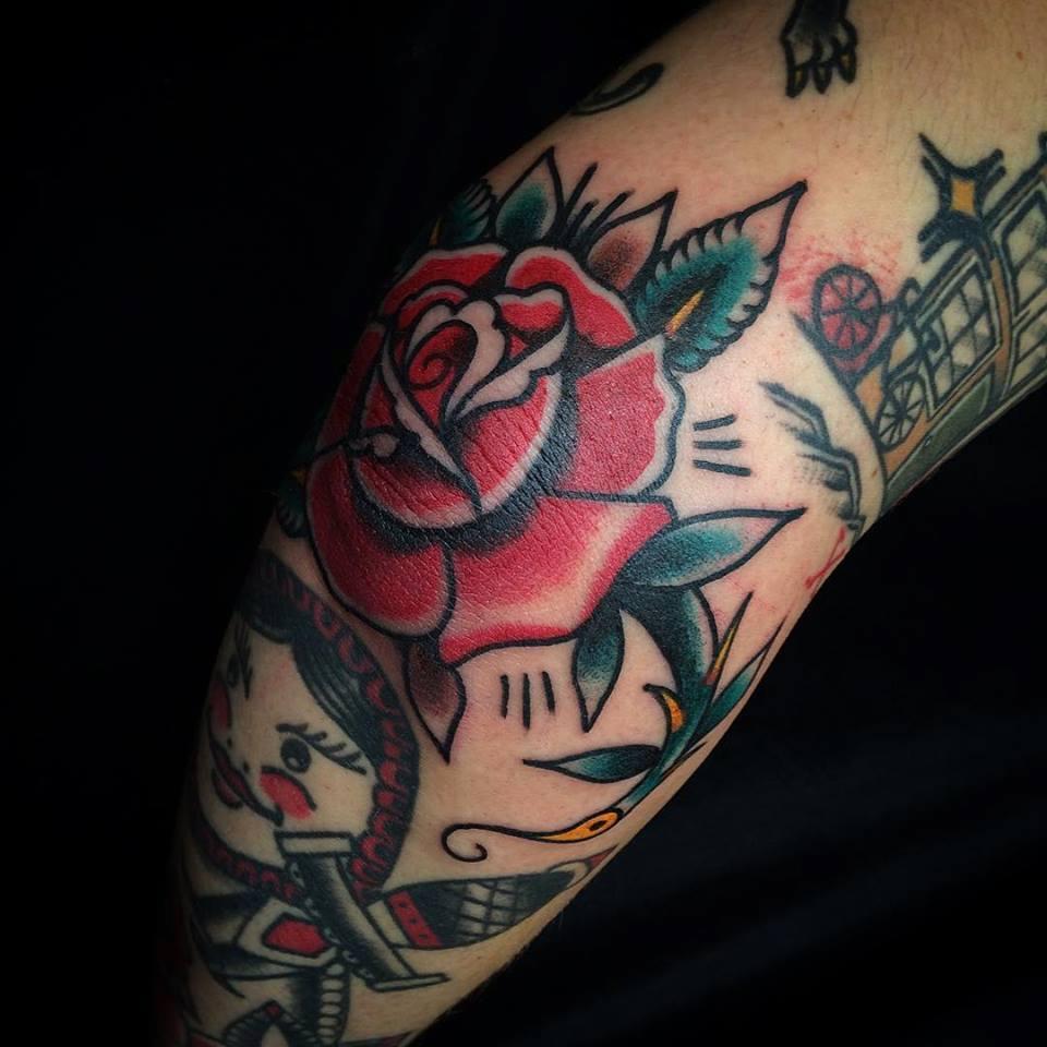 Un tatuaje de rosa old school