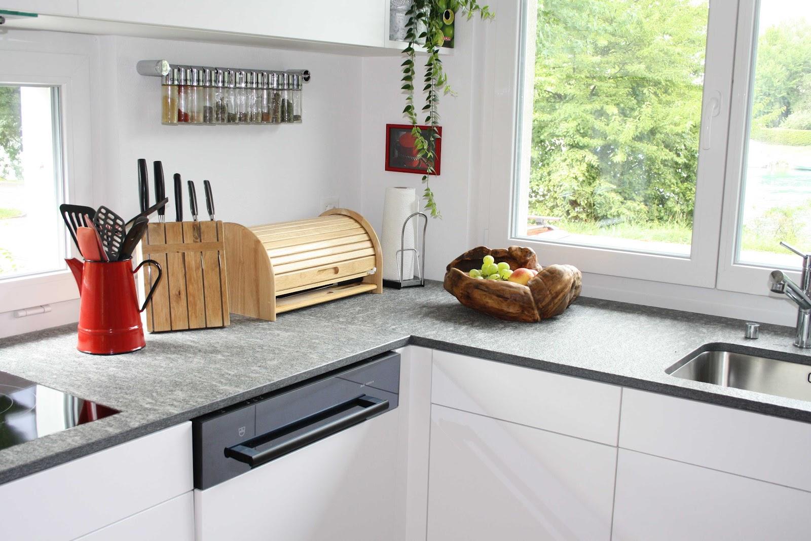 k chenblog weisse k che mit roter dekoration. Black Bedroom Furniture Sets. Home Design Ideas