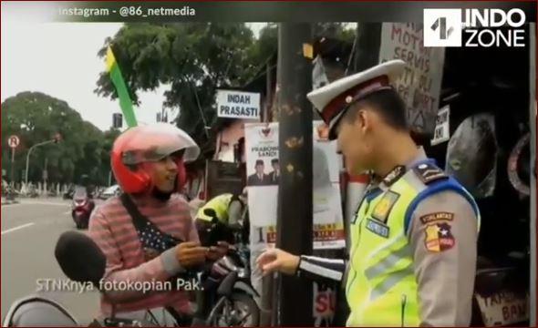 Viral, Pria Ini Nekad Tancap Gas Saat Diberhentikan Oleh Petugas Yang Sedang Memeriksanya