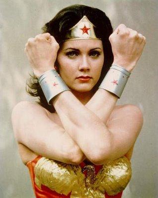 Foto de la Mujer Maravilla mostrando su brazalete