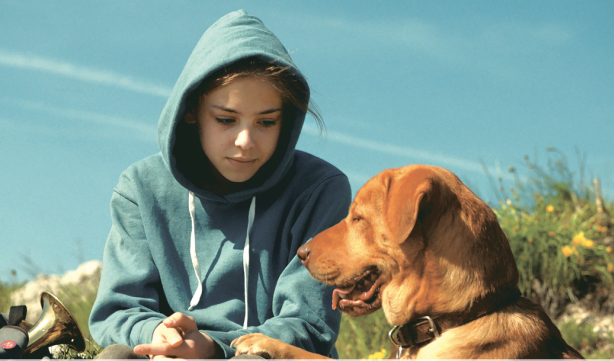 Lili, aux côtés de son chien Hagen