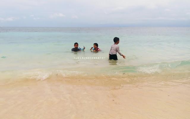 Bermain air di Pantai Marumasa Darubiah Bonto Bahari Bulukumba